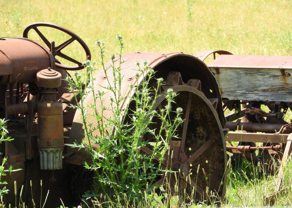 Wybita szyba lub urwany błotnik może unieruchomić ciągnik. Gdzie kupić je najtaniej?